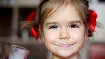 Czy dzieci mogą pić mleko krowie?