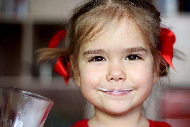 Czy dziecko powinno pić mleko? Zalecenia specjalistów są jasne