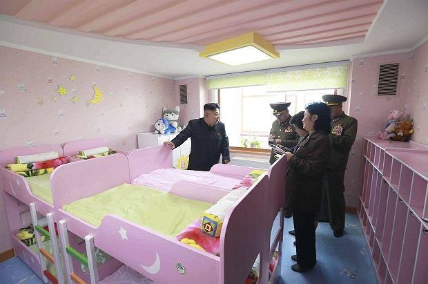 Kim Dzong Un podczas wizyty w nowo otwartym domu dziecka w Pjongjangu
