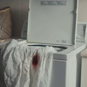 Facebook zbanował reklamę bielizny menstruacyjnej. Prześcieradło poplamione krwią 'zbyt szokujące'
