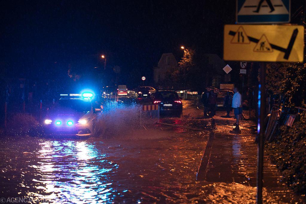 Kraków, ul Górnickiego - podtopione domy i zalane ulice
