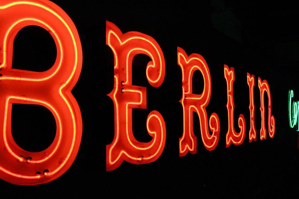 Warszawski neon sklepu Berlin / Jerzy S. Majewski