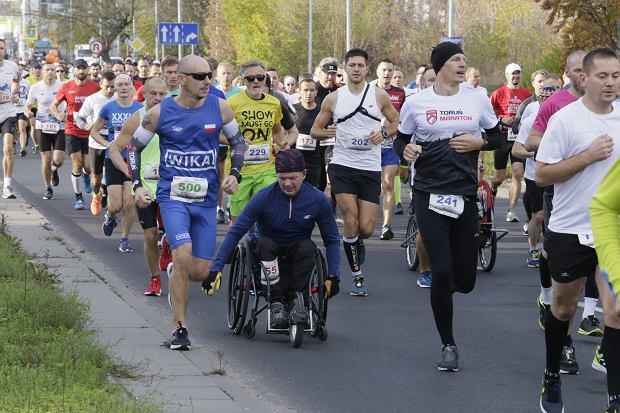 Zdjęcie numer 67 w galerii - Ponad 1200 biegaczy na starcie 37. Toruń Maraton, wygrał Łukasz Oskierko [ZDJĘCIA]