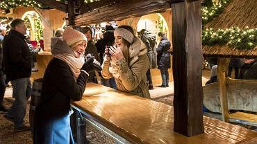 Jarmarki są miejscami, gdzie można miło spędzić czas, spróbować tradycyjnych przysmaków i poczuć prawdziwego ducha świąt. Na zdjęciu jarmark bożonarodzeniowy w Lubece