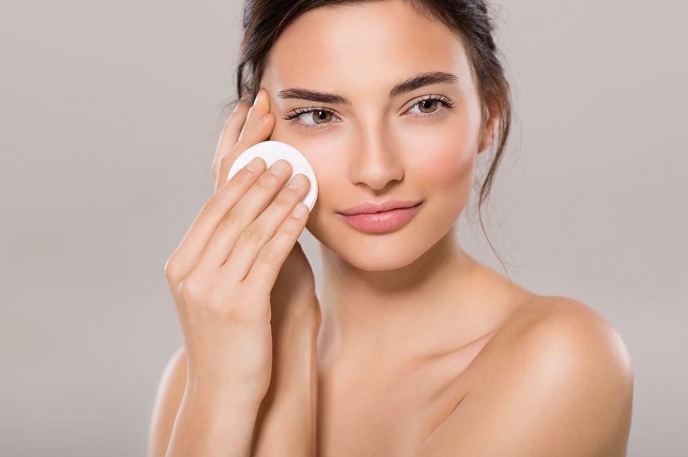 Demakijaż oczu to czynność, od której powinno rozpoczynać się każde oczyszczanie twarzy,