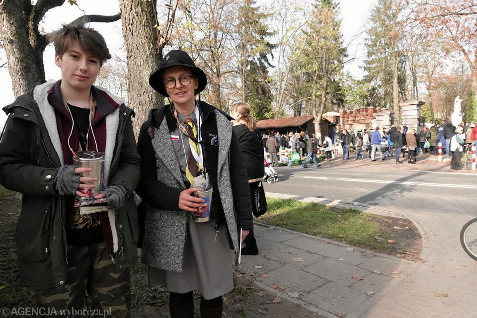 Wszystkich Świętych. Ratujmy Płockie Powązki. Kwestarze na cmentarzu przy al Kobylińskiego