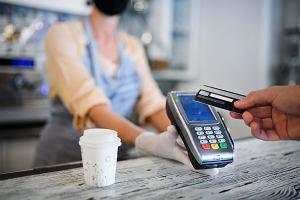 Polacy nie boją się płatności gotówką. Połowa uważa, że nie przenosi ona koronawirusa