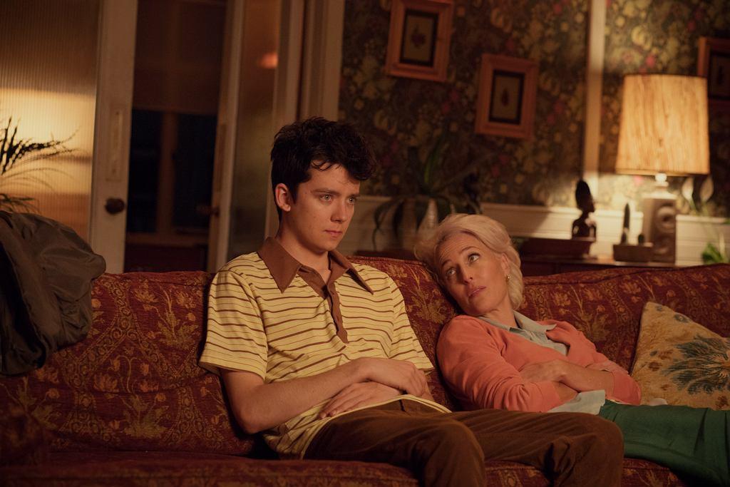 Asa Butterfield jako Otis i Gillian Anderson jako jego matka Jean w 'Sex Education'