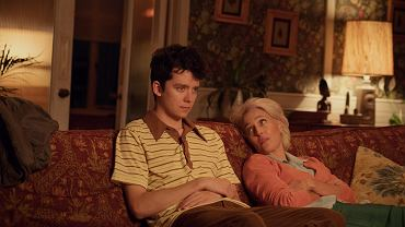 Asa Butterfield jako Otis i Gillian Anderson jako jego matka Jean w 'Sex Education'
