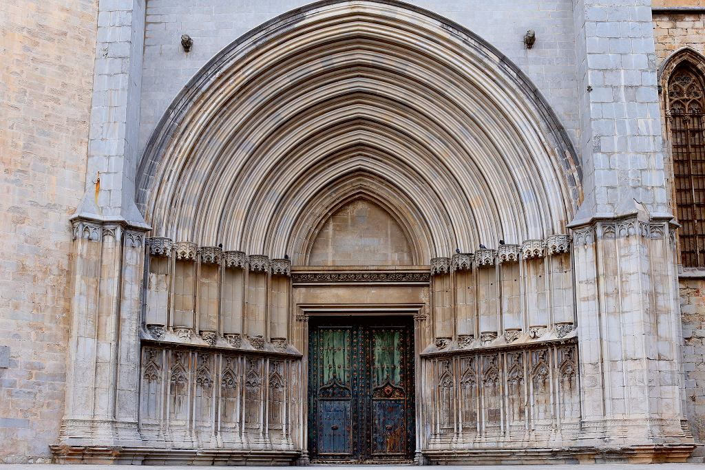 Girona, gotycka katedra (lacatedral de Santa Maria de Gerona) słynąca  znajszerszej nawy na świecie