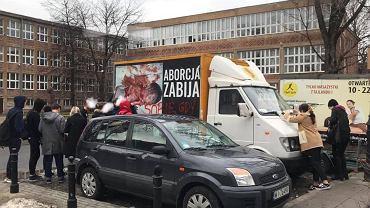 Wóz antyaborcyjny oklejony przez uczniów LO im. Bolesława Prusa