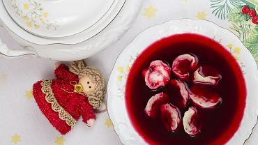 Aromatyczny czerwony barszcz, a do niego uszka grzybowe to cudowny smak wspomnień z dzieciństwa, domowej kuchni