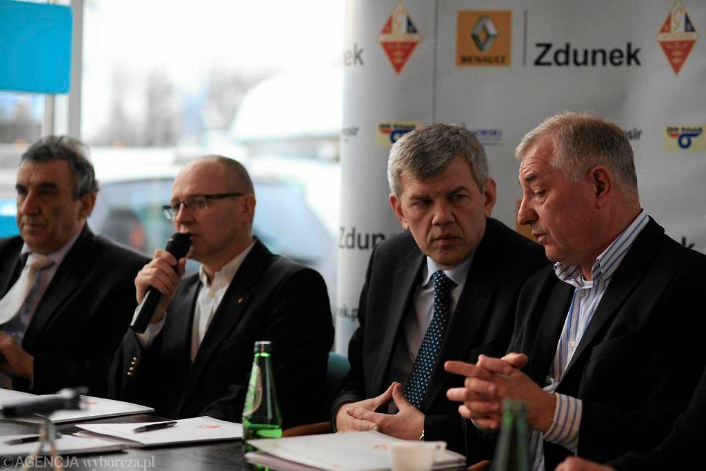 Pierwszy z prawej Tadeusz Zdunek, obok były prezes Wybrzeża Robert Terlecki