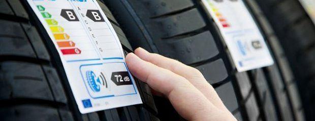 Na etykiecie klient znajdzie informacje o poziomie energooszczędności, drodze hamowania na mokrym i o głośności opony