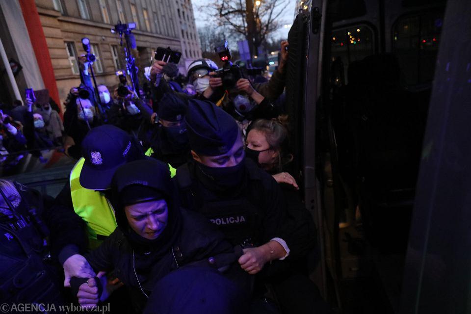 Strajk Kobiet. Zatrzymanie fotoreporterki Agaty Grzybowskiej pod budynkiem MEN