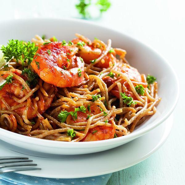 Spaghetti zkrewetkami wczerwonym pesto