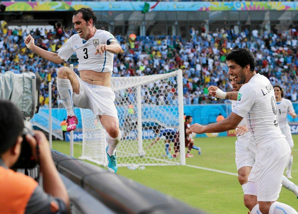 Diego Godin po zdobyciu gola w meczu Urugwaj - Włochy