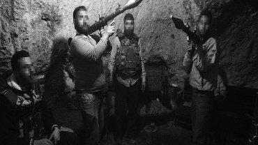Ukrywający się w jaskini syryjscy rebelianci. Góry w prowincji Idlib, Syria, kwiecień 2012 roku