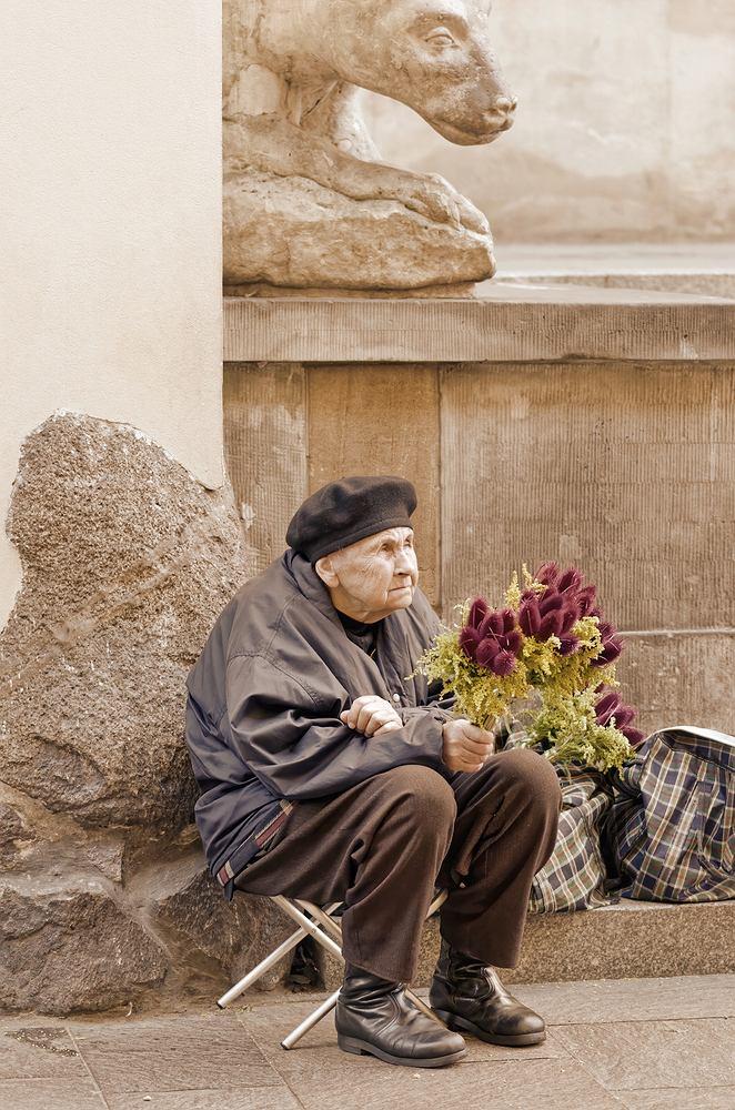 Kobiety żyją dłużej, częściej też dopada ich na starość skrajna bieda