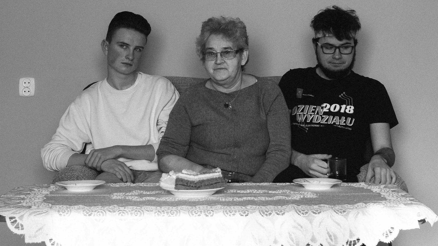 Synowie Małgorzaty Kowalczyk, Hubert i Tomasz, z babcią