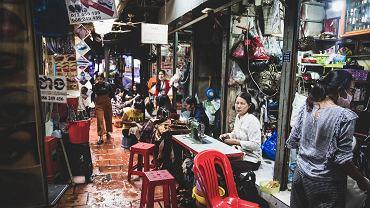 Bazar w dzielnicy BKK1. W kulturze Khmerów bazar to miejsce może i ważniejsze od buddyjskiej świątyni. Tam toczy się życie każdej lokalnej społeczności