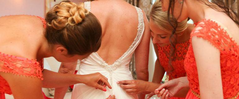 Sukienki na wesele dla mamy - trendy, które warto znać!