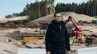 Premier Mateusz Morawiecki podczas konferencji prasowej na terenie budowy przekopu przez Mierzeję Wiślaną, 30.05.2020