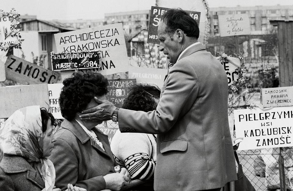 1984 r., Oława, miejsce objawień Matki Boskiej. Na zdjęciu Kazimierz Domański i pielgrzymi