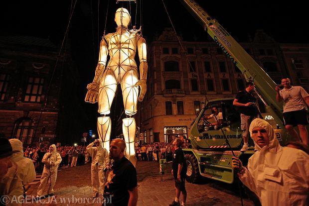 Spektakl zespołu La Fura dels Baus na Placu Wolności w ramach festiwalu teatralnego Malta, lipiec 2011 r.