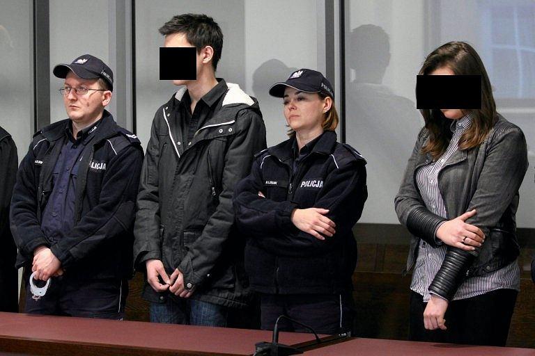 Kamil N. i Zuzanna M. podczas ogłoszenia wyroku sądu w Lublinie, grudzień 2015 r. Zostali skazani na 25 lat więzienia za zabicie z zimną krwią rodziców Kamila