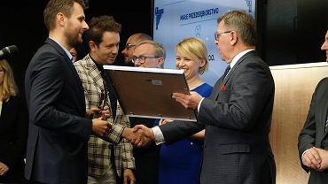 Od lewej Piotr Winter i Marek Marciniak z firmy MW Concept odbierają nagrodę z rąk Katarzyny Kierzek-Koperskiej, zastępczyni prezydenta Poznania i Jana Grabkowskiego, starosty poznańskiego.
