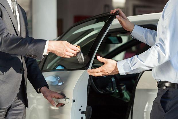 Nie musisz mieć firmy, aby wziąć auto w leasing. Co jest tańsze: leasing konsumencki, kredyt czy wynajem?