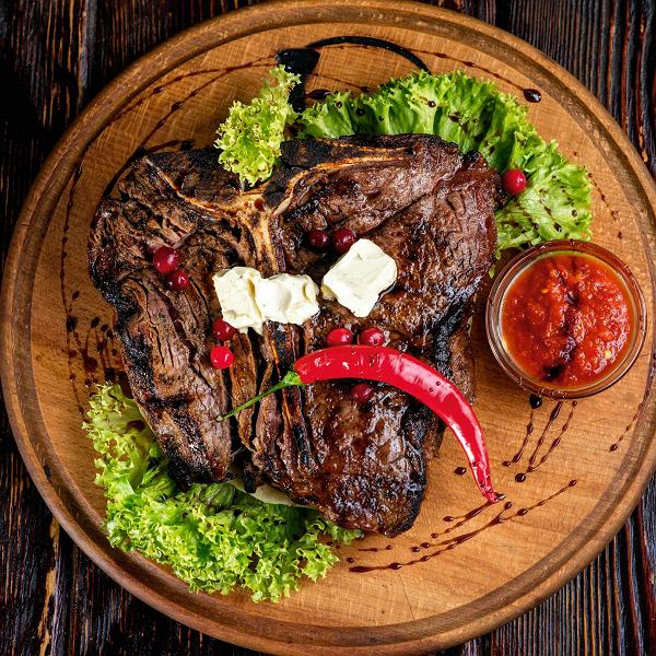 Stek t-bone z grilla podawany z diabelskim sosem