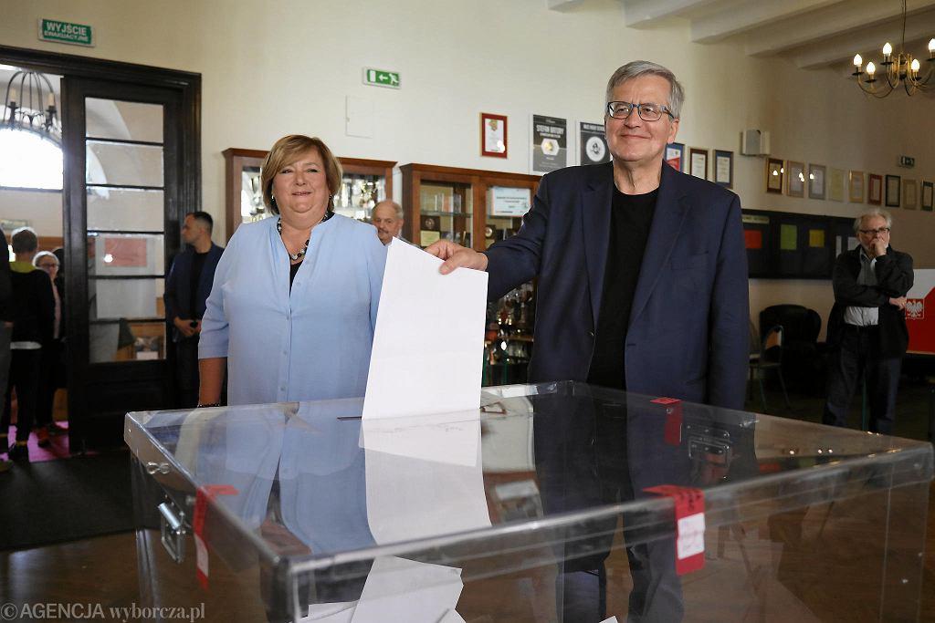 Wybory do europarlamentu 2019. Głosują Anna i Bronisław Komorowski, były prezydent RP