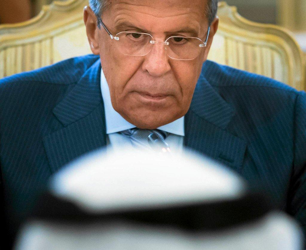 Siergiej Ławrow patrzy na swojego saudyjskiego odpowiednika