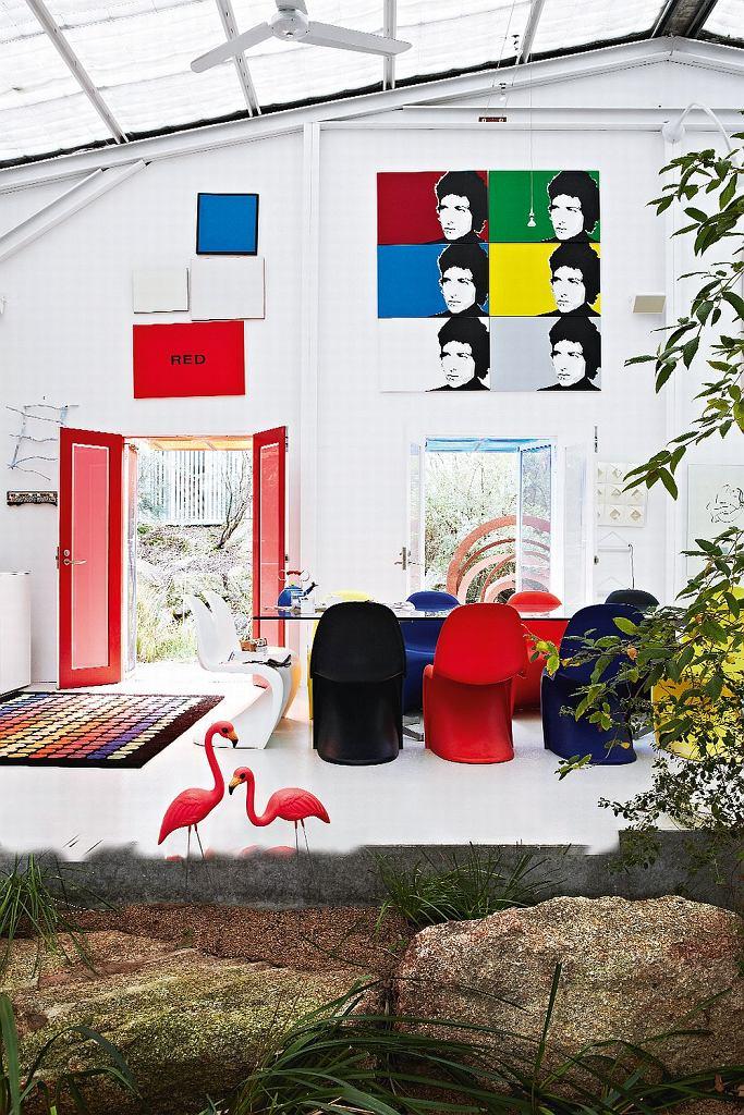 Dom Johna jest zawsze otwarty. Dwuskrzydłowe drzwi pomalowane na?czerwono zapraszają do obejrzenia imponującej kolekcji.