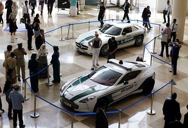 Dwa nowe samochody policji w Dubaju