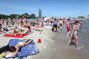 Wczasy nad morzem - bon turystyczny. Rodzice mogą pokryć koszt wakacji z dziećmi. Muszą jednak pamiętać o kilku kwestiach