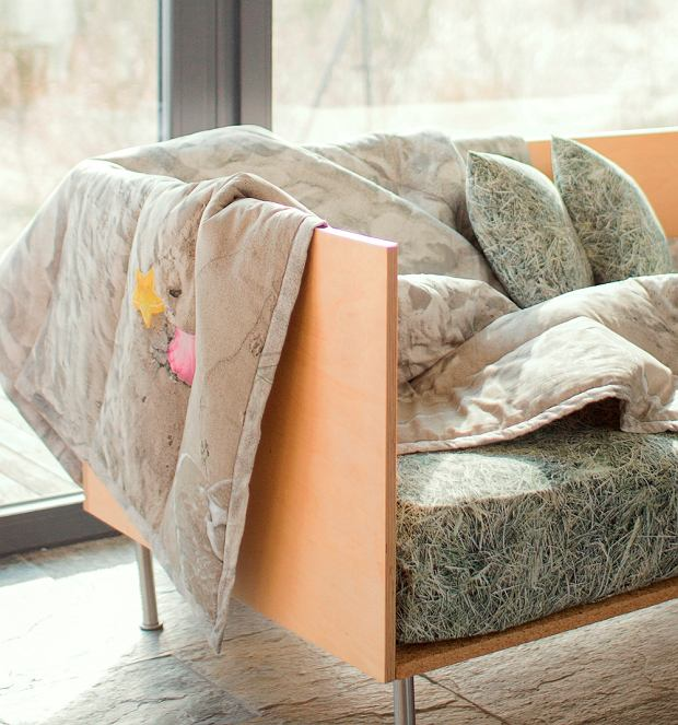 Narzuta na kanapę doskonale chroni mebel