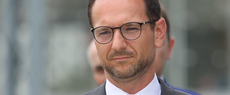 """Wiceminister Buda apeluje do samorządów o """"weryfikację"""" ws. uchwał anty-LGBT"""