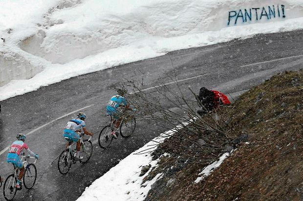 Italy's Vincenzo Nibali (L) climbs during the 146km ( 91 miles) 15th stage of the Giro d'Italia, from Cesana to Col du Galibier May 19, 2013. Italy's Giovanni Visconti won the stage while his compatriot Nibali retained the leader's pink jersey.  REUTERS/Stringer  ( FRANCE - Tags: SPORT CYCLING) SLOWA KLUCZOWE: :rel:d:bm:GF2E95J1GCW01
