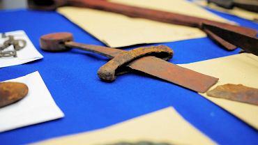 Przedmioty odzyskane przez policjantów od nielegalnych poszukiwaczy skarbów i handlarzy bronią