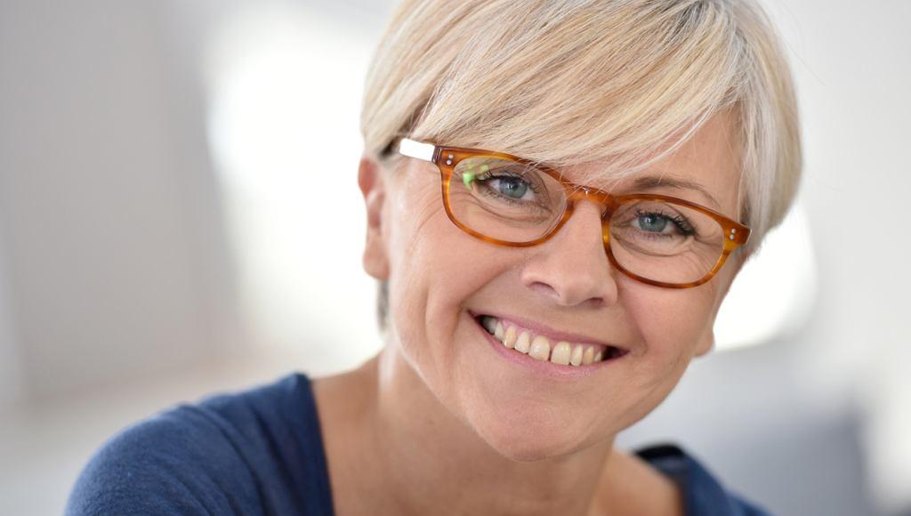 Fryzury damskie krótkie dla 50 latki w okularach