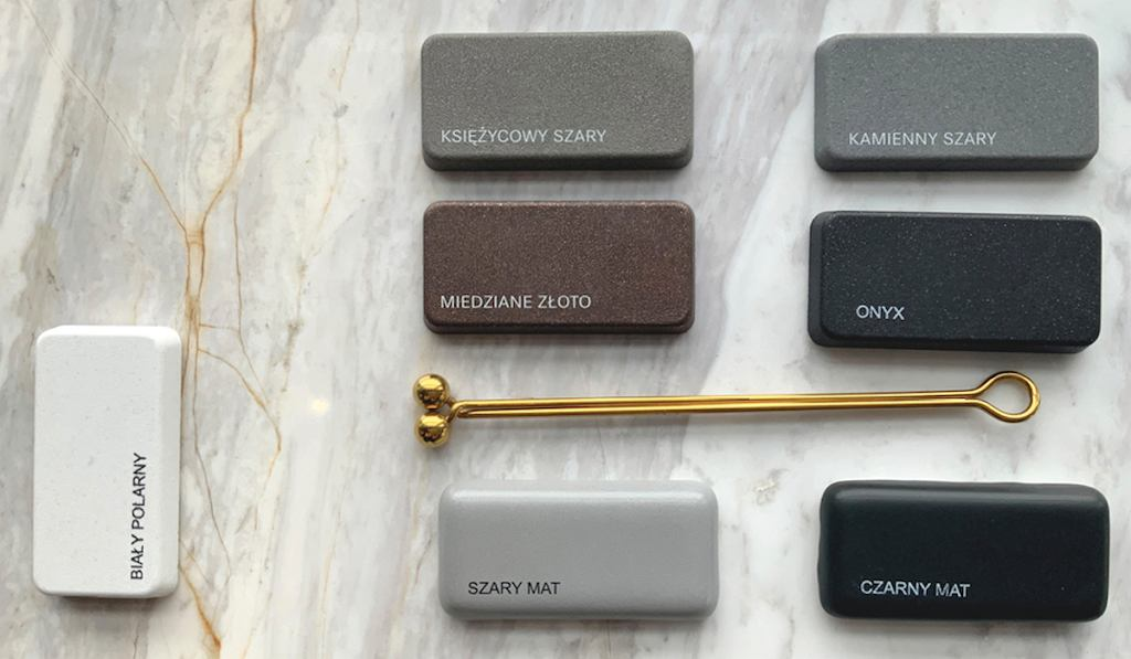 Moodboard, który przedstawia różnokolorowe zlewy i złoty uchwyt w towarzystwie marmurowego blatu kuchennego.