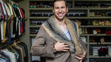 Grzegorz Krychowiak w swoim domu w Sewilli na tle samodzielnie zaprojektowanej szafy z 200 parami butów