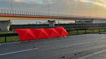28-letnia kobieta zginęła, a dwie osoby zostały ranne w wypadku, do którego doszło w sobotę nad ranem na autostradzie A2 niedaleko Różyc  - zdjęcie ilustracyjne