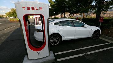Ładowanie samochodu Tesla model S