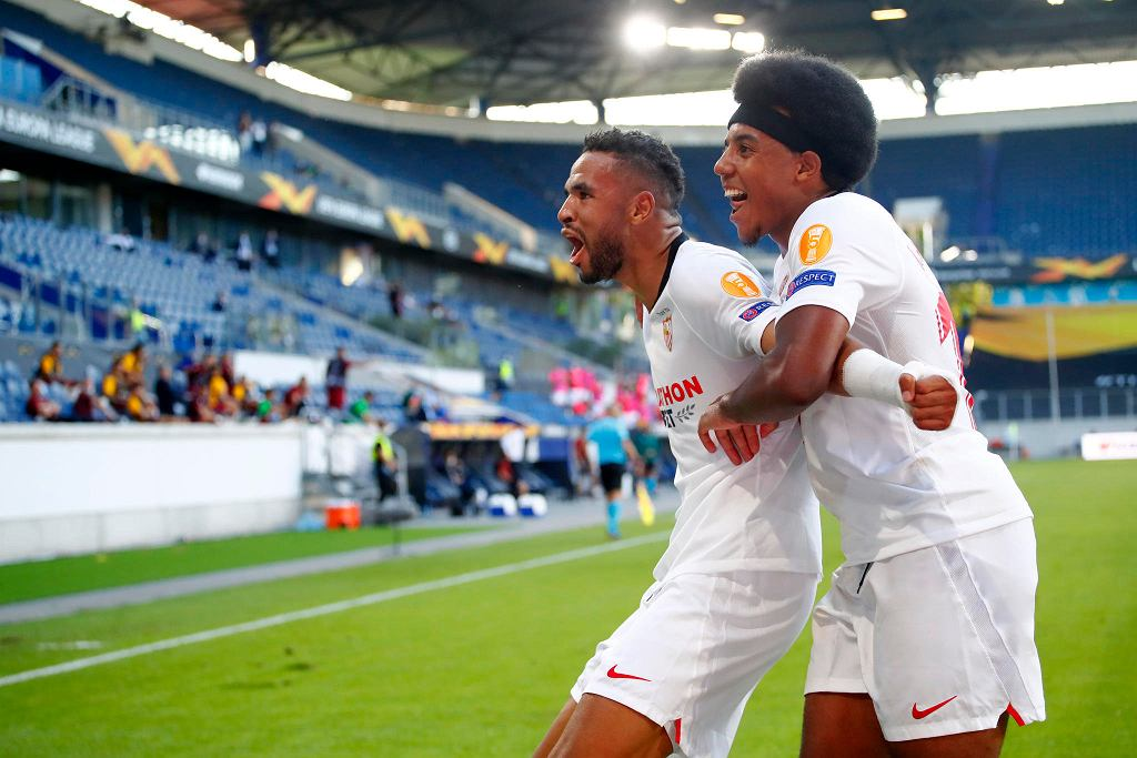 Liga Europy. Youssef En-Nesyri i Jules Kounde z Sevilli świętują gola w meczu 1/8 finału z Romą