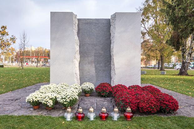 Zdjęcie numer 6 w galerii - Znicze pod pomnikiem ofiar zbrodni pomorskiej 1939 [ZDJĘCIA]