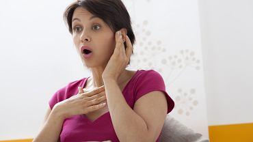 Leczenie zaburzeń mowy zależy przede wszystkim od tego, co wywołało problem. Jeśli winna jest wada anatomiczna, np. rozszczep podniebienia konieczne jest wykonanie odpowiedniego zabiegu naprawczego i z pomocą odpowiedniego specjalisty, np. logopedy nauczenie się mówienia.
